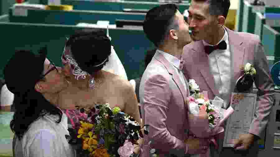 Os casais gays Shane Lin e Marc Yuan e Cynical Chick e Li Ying-Chien se beijam - AFP