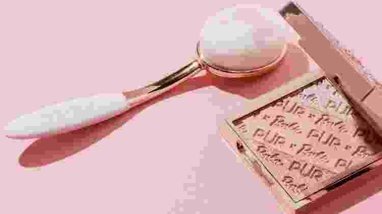 Pincel para espalhar base no rosto, com marca da Barbie - Divulgação/Pür