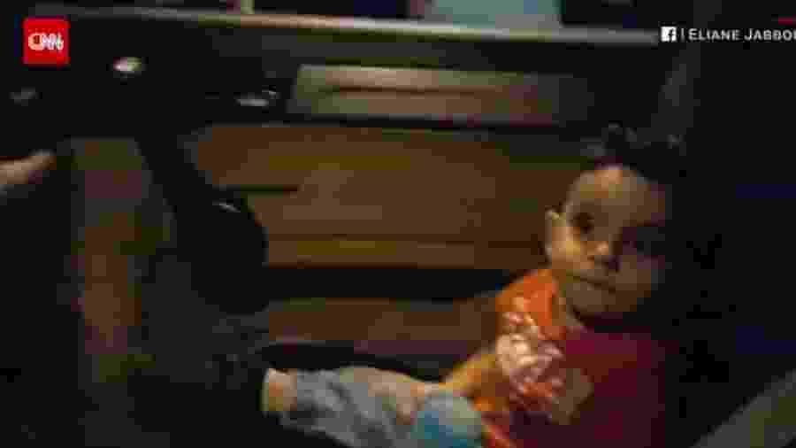 O bebê enquanto os manifestantes entoavam a música infantil, no Líbano - Reprodução/CNN