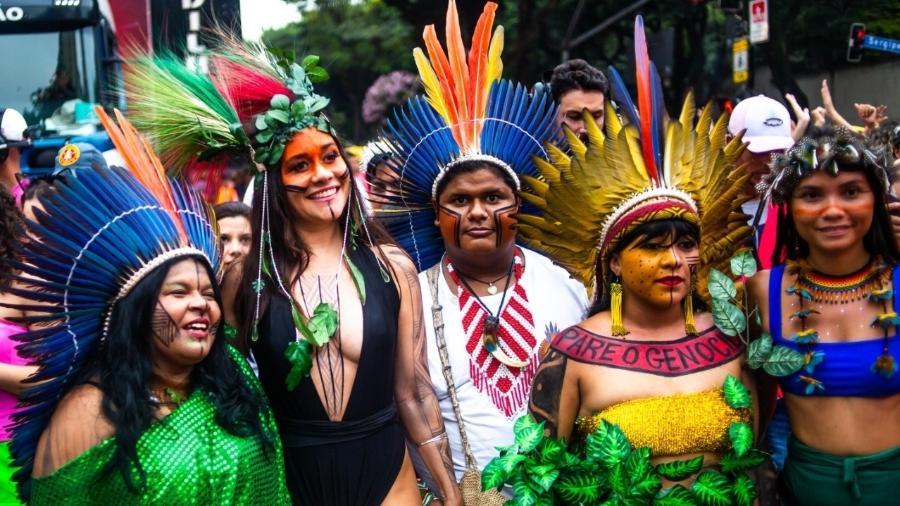 Alessandra Negrini posa ao lado de Sônia Guajajara no Acadêmicos do Baixo Augusta - Edson Lopes Jr./UOL