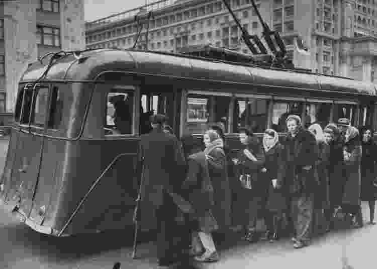 Pessoas embarcam em bondinho elétrico em 1947 - Thomas D. Mcavoy/The LIFE Picture Collection via Getty Images - Thomas D. Mcavoy/The LIFE Picture Collection via Getty Images