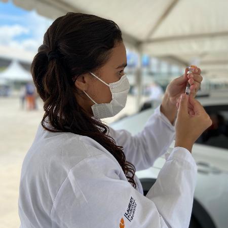 Odára Matias é voluntária em vacinação depois que avó morreu de covid, no RJ - Divulgação/Helga Pitta