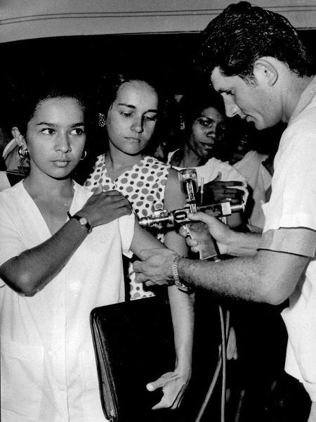 Vacinação feita com pistola de pressão - Acervo da Casa de Oswaldo Cruz - Acervo da Casa de Oswaldo Cruz