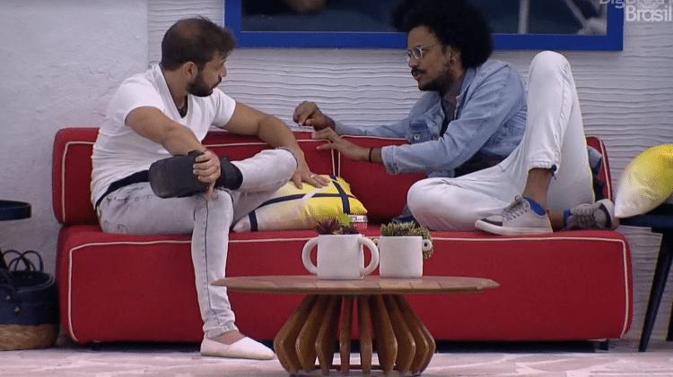 BBB 21: João e Caio conversam na varanda - Reprodução/Globoplay - Reprodução/Globoplay