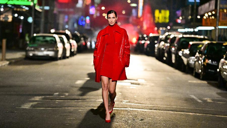 Bella Hadid no desfile de Michael Kors, em plena Times Square  - James Devaney/GC Images