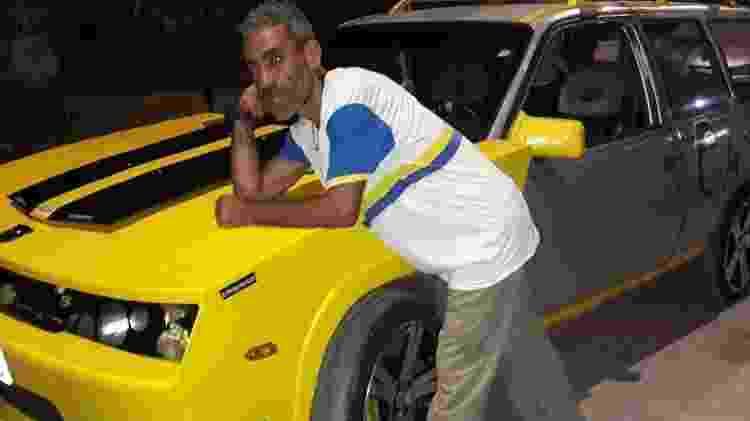 Fã do projeto posa ao lado da Ipanema transformada em Camaro amarelo no Recife (PE) - Arquivo pessoal - Arquivo pessoal