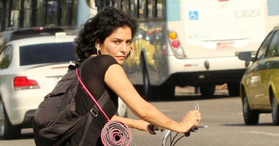 Atriz Letícia Sabatella anda de bicicleta no Rio de Janeiro