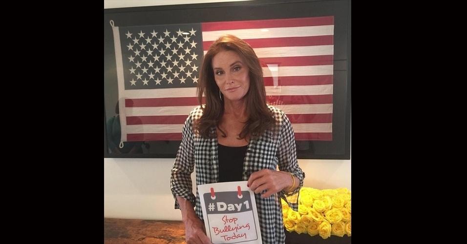 13.jul.2015 - Caitlyn Jenner compartilhou em seu Instagram, nesta segunda-feira, uma foto em que aparece segurando um cartaz contra o bulliyng.