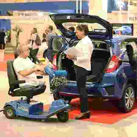 Portador de deficiência física conversa com vendedora: marcas defendem revisão do limite - Divulgação