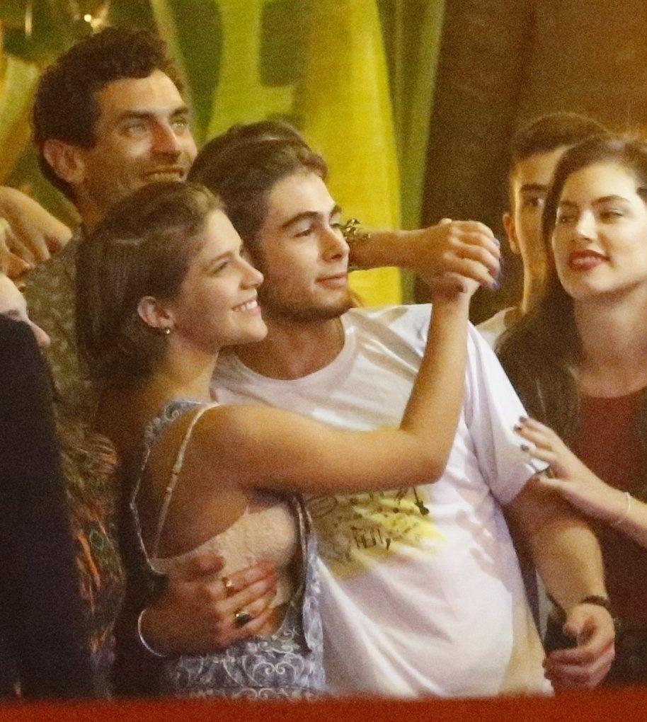 """14.ago.2015 - Isabella Santoni e Rafael Vitti se abraçam para a foto. O elenco se reuniu em um restaurante na Barra da Tijuca, zona oeste do Rio de Janeiro, para assistir junto o último capítulo de """"Malhação"""""""