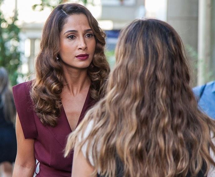 Cris tenta se aproximar de Júlia e é confrontada por Regina em