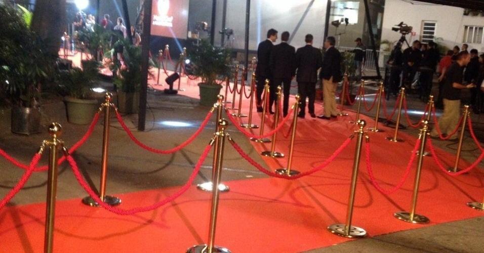 15.set.2015 - Um tapete vermelho foi preparado para receber os convidados no programa final que vai ao ar a noite desta terça-feira