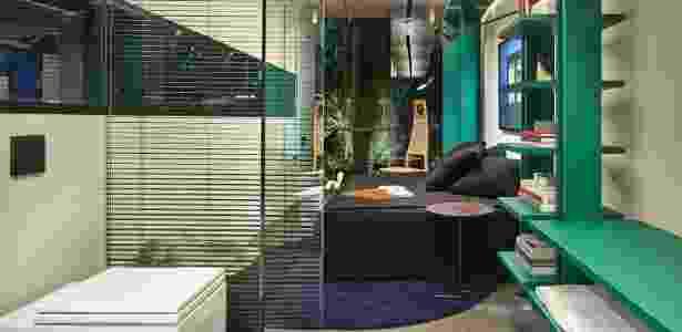 quarto e banheiro da casa Box 16 de Felipe Soares na Casa Cor Minas 2015 - Jomar Bragança/ Divulgação - Jomar Bragança/ Divulgação
