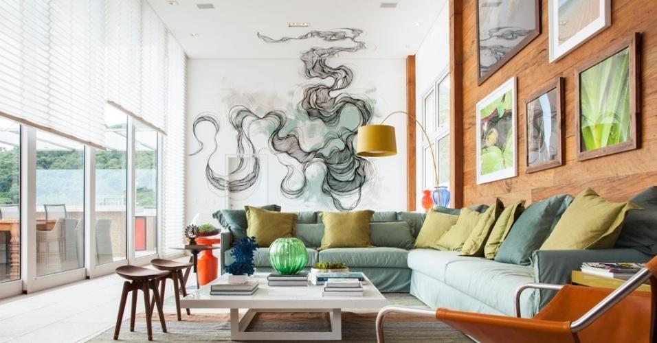 Além dos acessórios decorativos conhecidos (como os quadros) e da tinta tradicional, você pode dar vida nova à casa se usar a criatividade ao decorar a parede. Ampla e com pé direito duplo, esta sala, por exemplo, ganhou personalidade com a pintura executada por Giuliano Martinuzzo, que invade o teto
