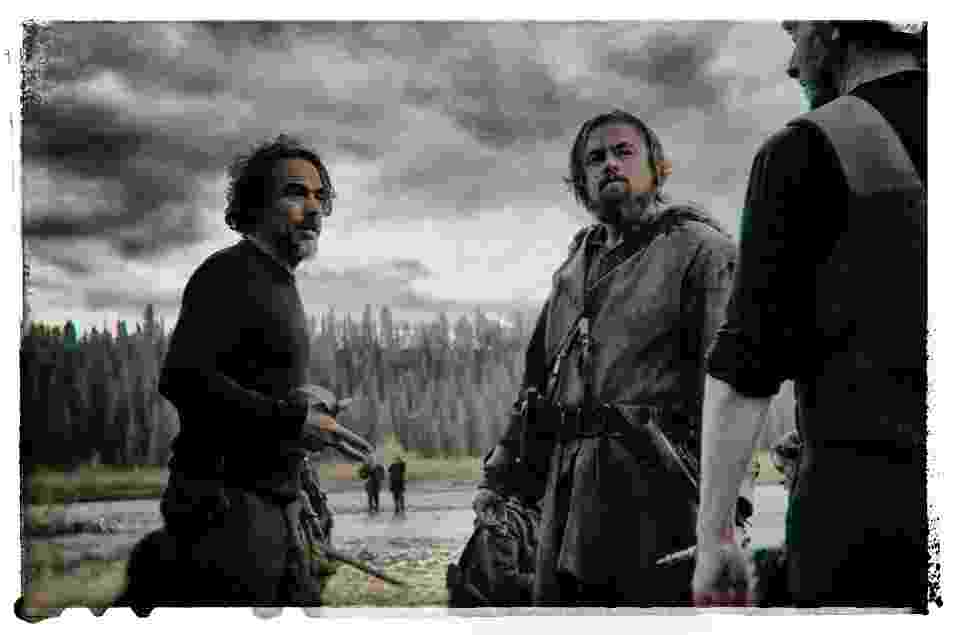 """O diretor Alejandro Iñarritu e o ator Leonardo DiCaprio em set de """"O Regresso"""" - Divulgação"""