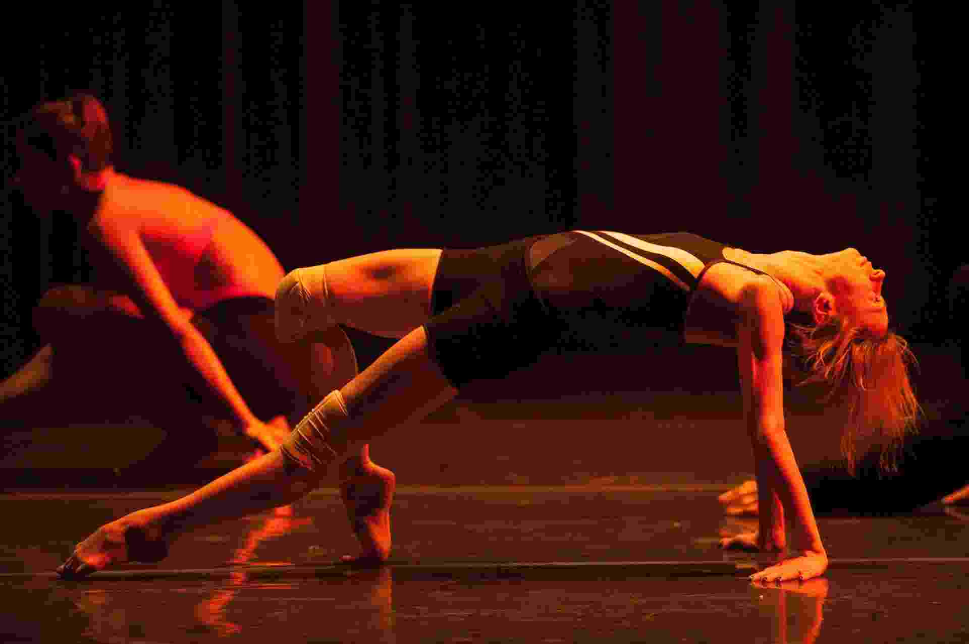 """16.dez.2015 - Grupo Corpo ensaia as coreografias """"Onqotô"""", com trilha sonora de Zé Miguel Wisnik e Caetano Veloso, e """"Parabelo"""", de Wisnik e Tom Zé, para apresentações no Auditório Ibirapuera, de 17 a 20 de dezembro. Os ingressos já estão esgotados. As apresentações encerram a comemoração de 40 anos da companhia, que também é homenageada com a exposição Ocupação Grupo Corpo 40 anos, até 17 de janeiro de 2016, no Itaú Cultural. - Reinaldo Canato/UOL"""