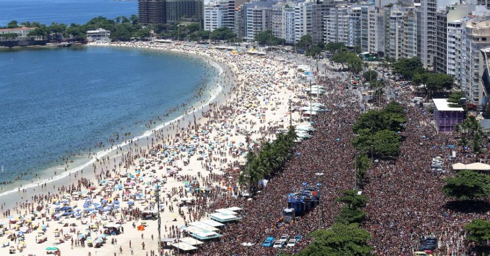 06.fev.2016 - Multidão lota a Av. Atlântica, na orla de Copacabana, para curtir o bloco Chora Me Liga, no Rio de Janeiro.