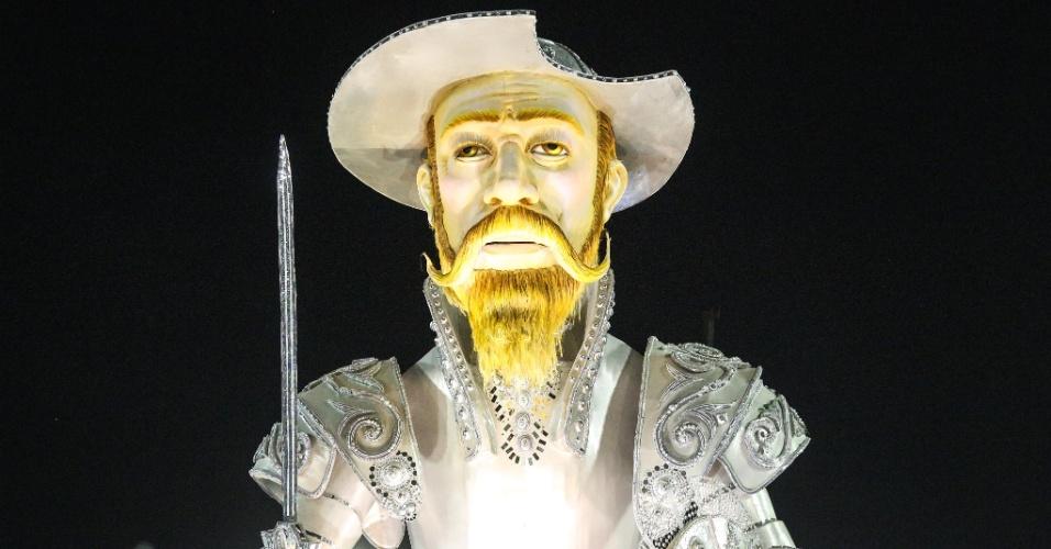 08.fev.2016 - Um dos maiores da noite, o abre-alas da Mocidade Independente de Padre Miguel traz a figura de Dom Quixote.