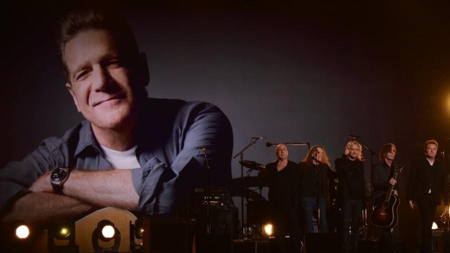 """15.fev.2016 - Integrantes do Eagles prestam tributo ao guitarrista Glenn Frey, que morreu em janeiro. Grupo executou a clássica """"Take it Easy"""" - Robyn Beck/AFP Photo"""
