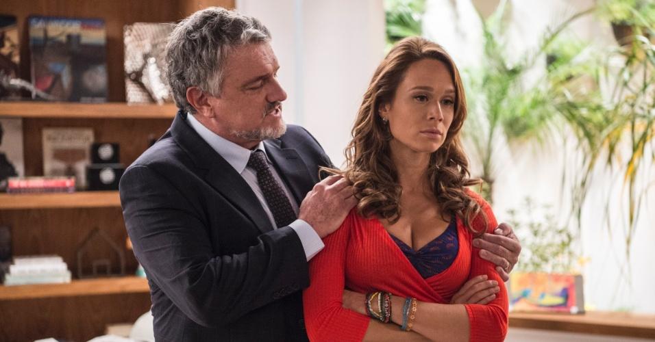 Guido (Werner Schunemann) tenta explicar para Tancinha (Mariana Ximenes) sobre os motivos que o levaram a deixar a família no passado