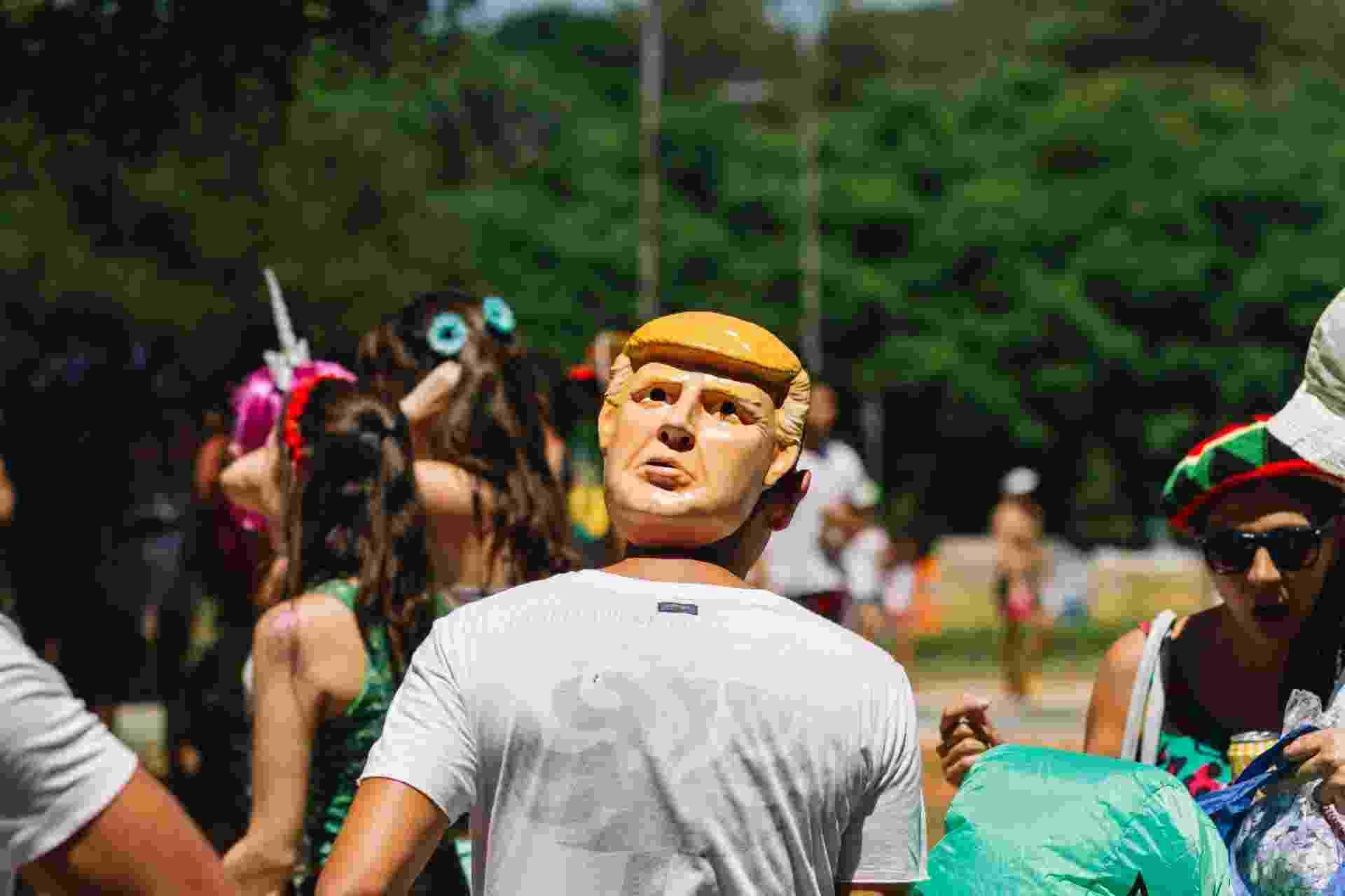 Folião usa máscara do presidente americano Donald Trump no bloco Maluco Beleza - Guilherme Stutz/Futura Press/Estadão Conteúdo