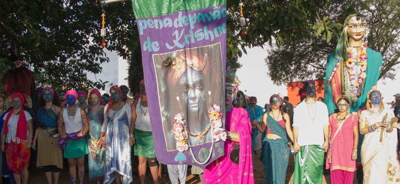 Pintados de azul, foliões viram Krishna em Minas Gerais - Divulgação