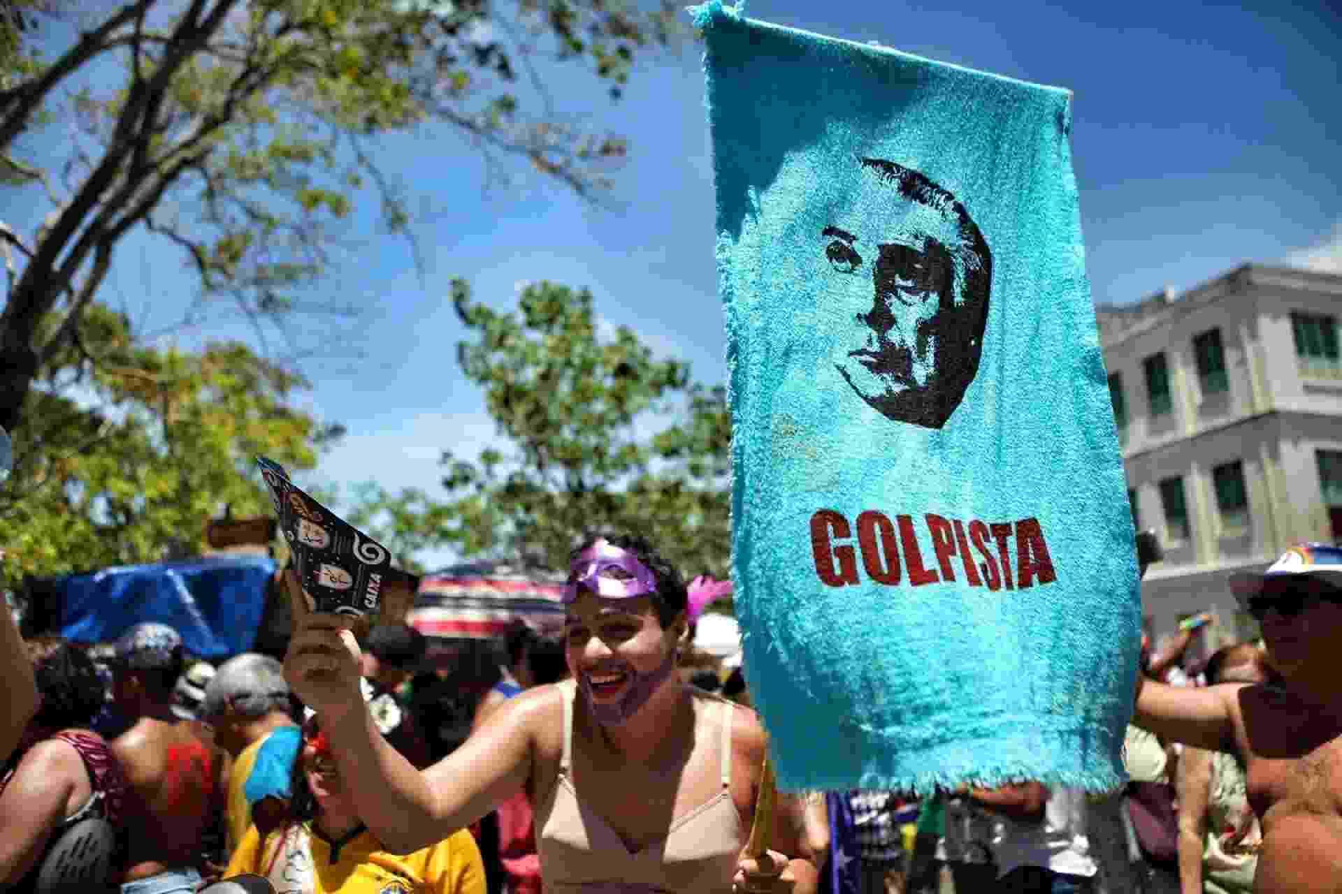 """Placas com """"Fora Temer"""" e acusando o presidente de golpista são vistas nos blocos de Olinda - Beto Figueroa/UOL"""