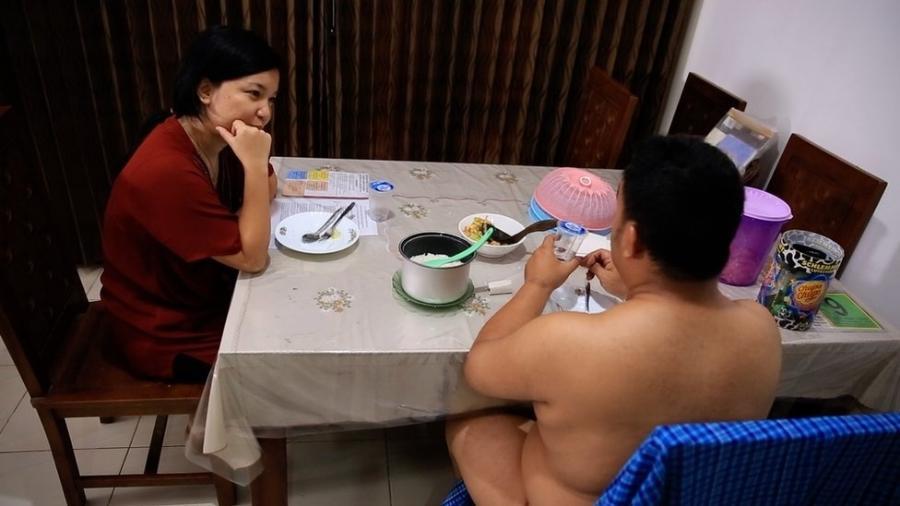 Aditya diz que se arrisca ao praticar o nudismo - uma lei contra a pornografia proíbe pessoas de andarem peladas na Indonésia - BBC