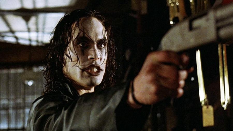 """Brandon Lee em cena de """"O Corvo"""" (1994) - Divulgação"""