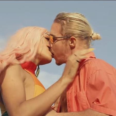 """Pabllo Vittar e Diplo trocam beijão em clipe de """"Então Vai"""" - Reprodução"""