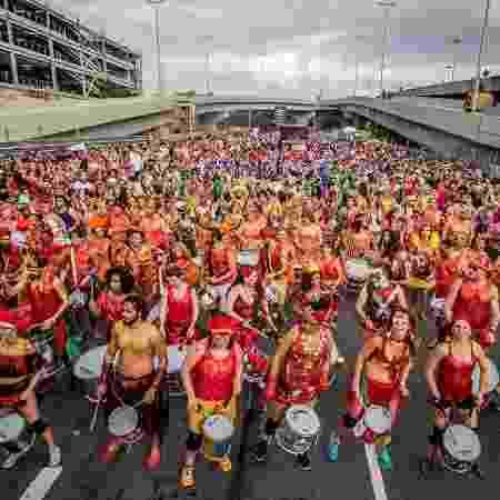 Bloco Então Brilha arrasta multidão purpurinada em Belo Horizonte - Nereu Jr/UOL - Nereu Jr/UOL