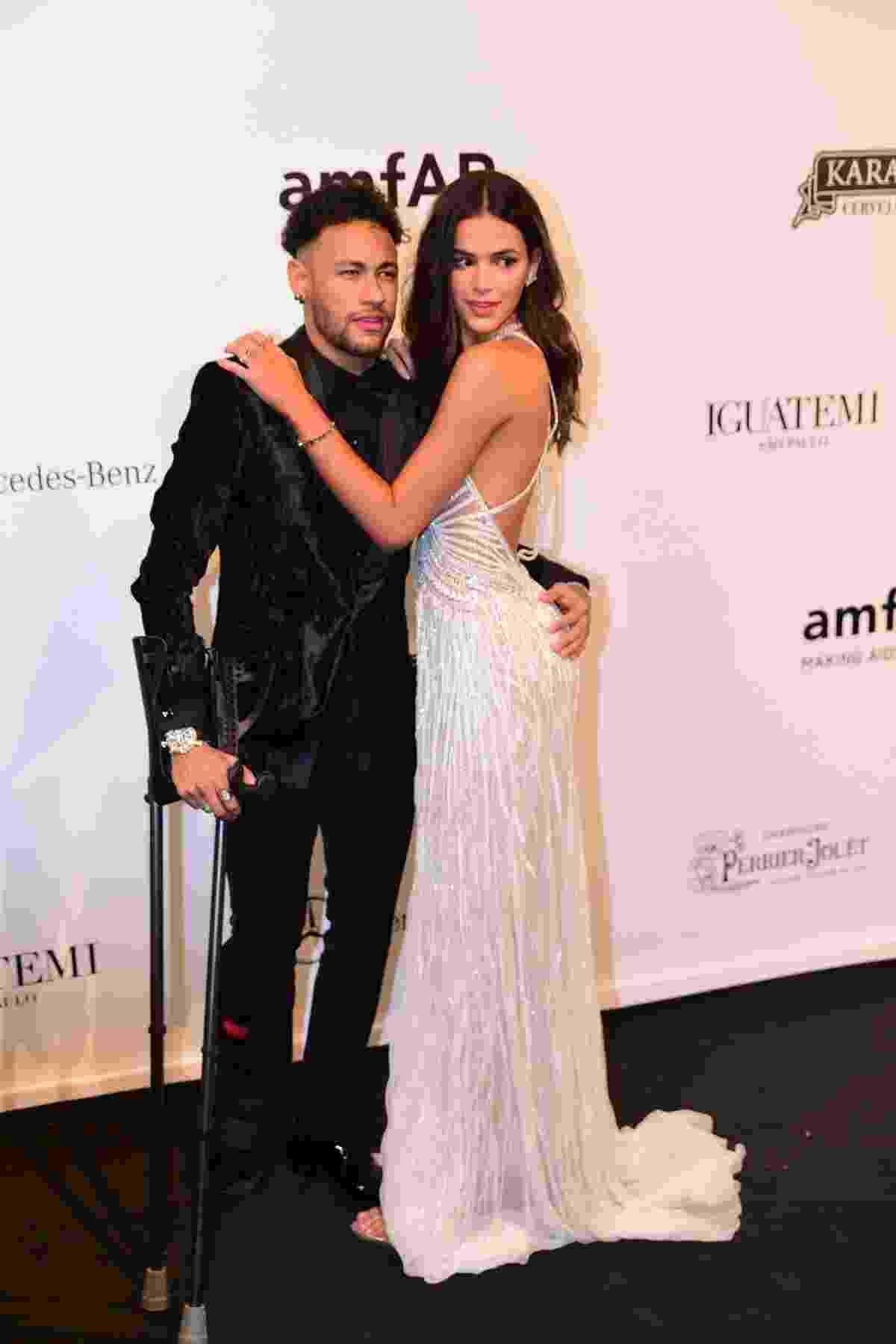 De muletas, Neymar foi acompanhado de Bruna Marquezine ao baile da amfAR, nesta sexta-feira em São Paulo - Deividi Correa/Léo Franco e Thiago Duran/AgNews
