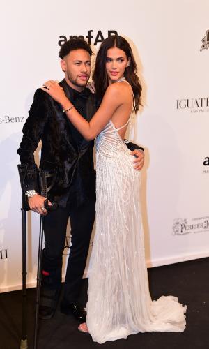 De muletas, Neymar foi acompanhado de Bruna Marquezine ao baile da amfAR, nesta sexta-feira em São Paulo