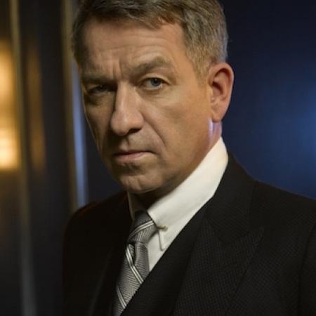 """Sean Pertwee é o mordomo Alfred em """"Gotham"""", mas não estará na nova série - Divulgação"""