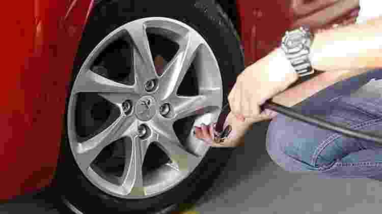 Calibragem de pneu do Peugeot 208 - Reprodução - Reprodução