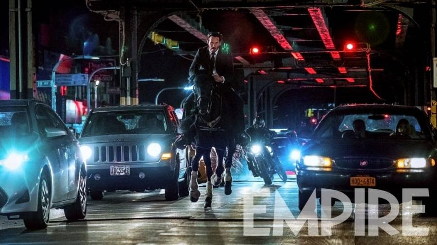 """Keanu Reeves a cavalo em cena de """"John Wick 3: Parabellum"""" - Reprodução"""