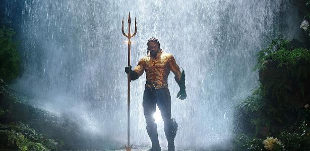 Jason Momoa com o uniforme clássico do Aquaman