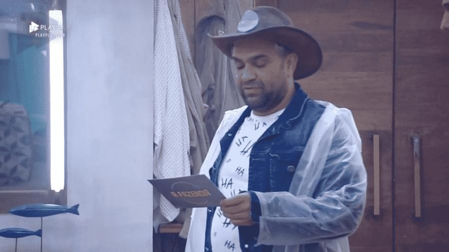 Evandro Santo lê punição para os peões - Reprodução/PlayPlus