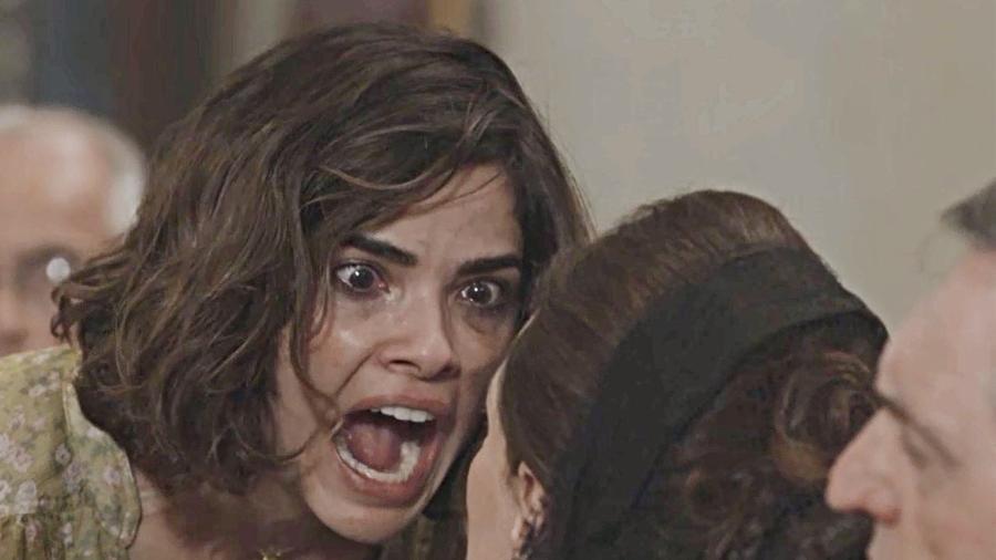 Stela (Vanessa Giácomo) detona a sogra Mirtes (Elizabeth Savala) dentro da igreja - Reprodução/Globo