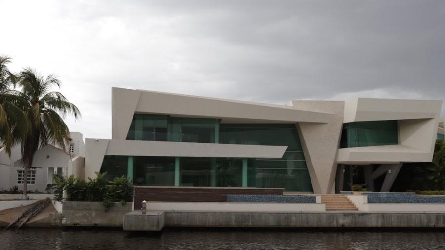 O Complexo Turístico de El Morro abriga uma coleção de casas enormes e vistosas, com embarcações luxuosas na garagem - BBC News Mundo