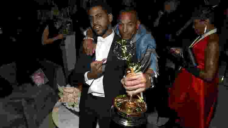 Jharrel Jerome e Korey Wise posam com a estatueta do Emmy em festa da Netflix após a premiação - Handout/Getty Images for Netflix