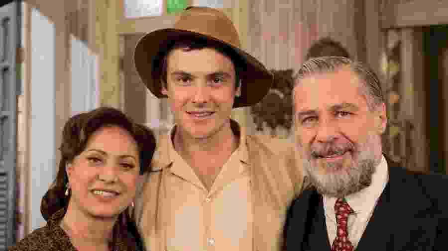 """Eliane Giardini (Anastácia), Sérgio Guizé (Candinho) e Leopoldo Pacheco (Ernani) em """"Êta Mundo Bom"""" - João Cotta/TV Globo"""
