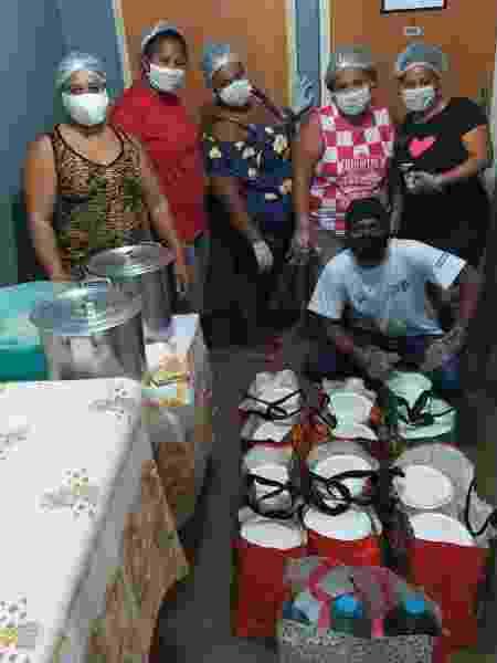 Equipe do Cozinha Solidária organiza kits - Divulgação - Divulgação