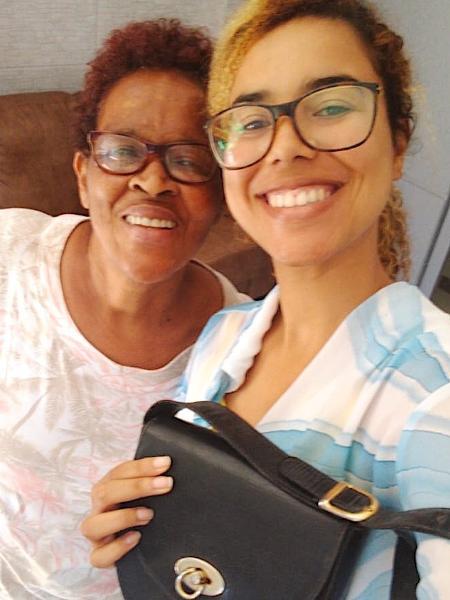 Beatriz ao lado da tia Diomar com a bolsa comprada em brechó - Arquivo Pessoal