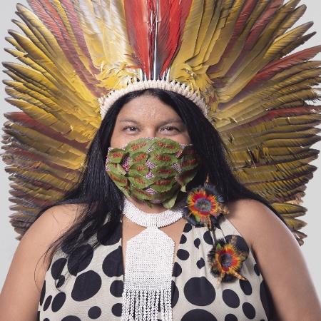 A líder indígena Sonia Guajajara, da Apib, veste máscara criada por Néle Azevedo em que estão bordados a mão os nomes de vinte etnias brasileiras - Divulgação