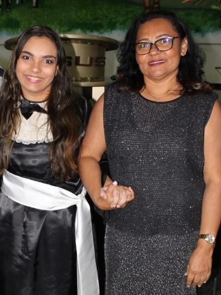 Aracy durante a formatura de ensino médio, ao lado da mãe, Mara, que venceu o BBB 6 - Arquivo Pessoal