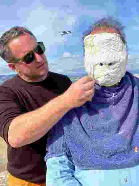 Jason deCaires Taylor tira molde de rosto  - Divulgação - Divulgação