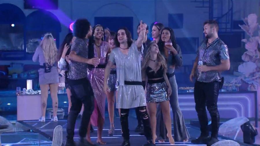 Fiuk aparece com vestido com brilho sobre calça jeans em festa do BBB; no rosto, usou maquiagem - Reprodução/Globoplay