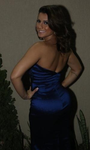 6.jun.2015- Babi Rossi escolheu um vestido azul justinho que ressaltou suas curvas para o evento