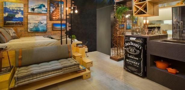 Próximo à cozinha, o móvel multiuso une quarto, sala e escritório em um único espaço - MCA Estúdio/ Divulgação
